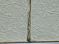 向日市の外壁塗装リフォーム。目地のひび割れなどがたくさんありました。