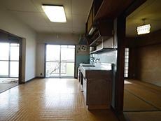 大山崎町の円団団地リノベーション。キッチンの後ろに和室がもう1つ。