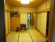 長岡京市の店舗をリビングにリフォーム。リフォーム前のリビングの奥の和室。