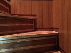 ライオンホームでリノベーション。築47年経っている階段です。味のある色味の階段です。