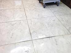 ライオンホームの店舗改装リフォーム。床の大理石調のタイルは、盛り上がって来ている場所が何ヶ所かありました。引っ掛かるととても危ないです。