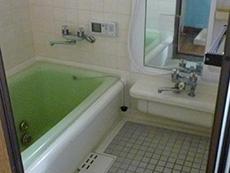 長岡京市の中古住宅リフォーム。リフォーム前のお風呂場です。タイル張りです。