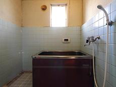 長岡京市のお風呂浴室リフォーム。タイルとセメント壁に分かれたお風呂です。