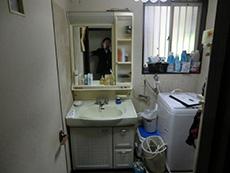 大山崎町の浴室・洗面室リフォーム。取り替える前の洗面台です。洗面室の壁と天井のクロスや、床も張り替えます。
