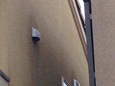 長岡京市の外壁塗装リフォーム。リフォーム前の、隣家との間の壁です。