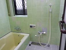 長岡京市のキッチン浴室トイレ洗面リフォーム。リフォーム前のお風呂です。アップルグリーンのタイル壁に、アイボリーの浴槽。