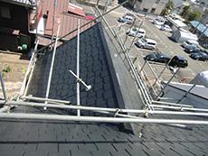 向日市の屋根塗装リフォーム。K様宅は5寸勾配以上の急勾配なので、屋根の上にも足場を設置しました。