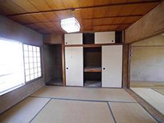 大山崎町の円団団地リノベーション。キッチンの前に和室が2間続いています。