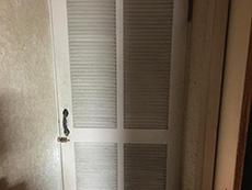 ライオンホームでリノベーション。階段の奥にある白いドアです。この奥に洗面室と浴室があります。
