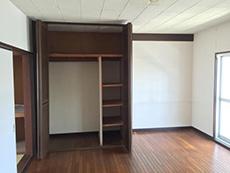 長岡京市の中古マンションリノベーション。リフォーム前の開き戸棚。