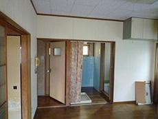 長岡京市の中古住宅リフォーム。ダイニングキッチンから洗面室とお風呂へ行けます。扉はありません。