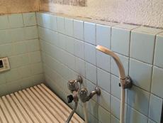 長岡京市のお風呂浴室リフォーム。リフォーム前の浴室水栓とシャワーも古い物です。