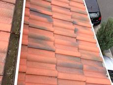 長岡京市の外壁塗装リフォーム。屋根上の雨樋です。中が苔でびっしり汚れていますのでキレイにします。