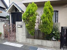 長岡京市の屋根外壁塗装リフォーム。玄関門の横の壁。黒ずんでいます。