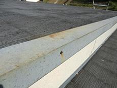 長岡京市の屋根外壁塗装リフォーム。板金でカバーしてある屋根の端が少し錆びていました。
