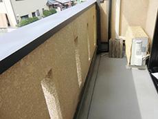 長岡京市の屋根外壁塗装リフォーム。リフォーム前のバルコニーです。床のFRP防水がしっかりされているので、上から保護塗料だけを塗り重ねます。