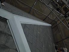 長岡京市の屋根外壁塗装リフォーム。屋根の棟の板金に錆止めを塗った後、上塗りで仕上げます。