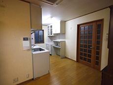 長岡京市の店舗をリビングにリフォーム。右にドアがありますが、ここを開けると店舗へつながっています。