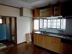 長岡京市の中古住宅リフォーム。リフォーム前のキッチンです。