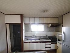 長岡京市のお風呂浴室リフォーム。リフォーム前のキッチンです。シンク下と吊戸棚は開き戸です。
