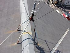 長岡京市の屋根外壁塗装リフォーム。アンテナの錆が屋根に落ちています。