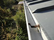 長岡京市の屋根外壁塗装リフォーム。雨樋を固定している金具も錆びています。