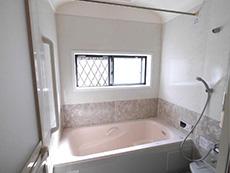 向日市で中古住宅を購入してリノベーション。リフォーム前の浴室とピンクの浴槽です。