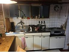 ライオンホームでリノベーション。壁付けのキッチンです。収納は白い開き戸です。