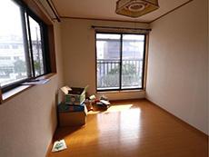向日市で中古住宅を購入してリノベーション。リフォーム前の2階の洋室です。この部屋の隣にももう1部屋洋室があります。
