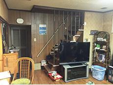 ライオンホームでリノベーション。茶色のフローリングのリビング。テレビのあるお部屋です。
