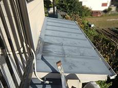 長岡京市の屋根外壁塗装リフォーム。1階の瓦棒葺きの屋根です。南面なのでかなり退色しています。
