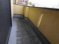 向日市で中古住宅を購入してリノベーション。リフォーム前のバルコニーです。床が汚れています。バルコニーの壁の内側は淡い黄色です。