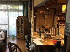 ライオンホームでリノベーション。キッチンにご主人手作りの木のカウンターがあります。