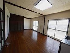 長岡京市の中古マンションリノベーション。リフォーム前のLDK。大きな吐き出し窓からお日様が良く入ります。