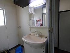 長岡京市の中古マンションリノベーション。リフォーム前の洗面室、脱衣所。
