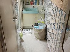 ライオンホームでリノベーション。奥に洗面台があり、その左側にお風呂場があります。