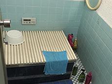 ライオンホームでリノベーション。水色のお風呂場です。床も壁も水色の総タイル張りです。