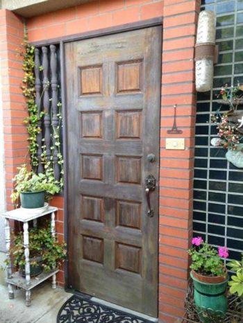 大山崎町の玄関ドアリフォーム。チョコレートのような、木製の玄関ドアです。色褪せがひどいので塗装を考えておられました。