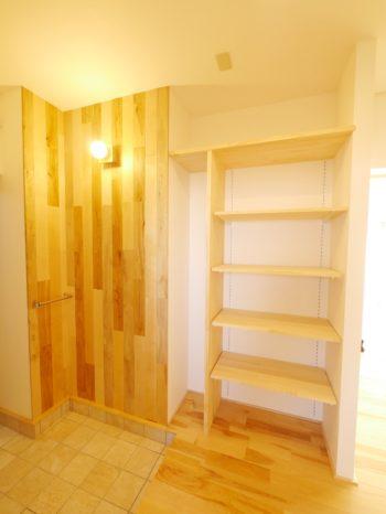 大山崎町の中古円団マンションリノベーション。リフォーム後の玄関を入ったところ。手すりや天井までの収納棚を造りました。