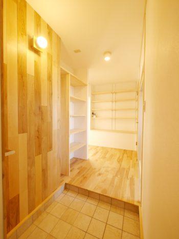 大山崎町の中古円団マンションリノベーション。リフォーム後のエントランス(玄関)です。壁と床の木目がとても美しいです。
