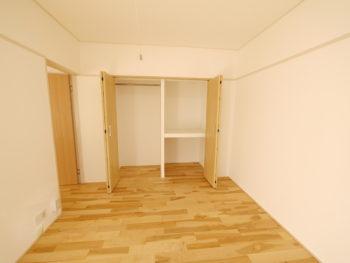 大山崎町の中古円団マンションリノベーション。リフォーム後の洋室のクローゼットです。小さな押入れの幅を広げてたくさん収納出来る両開きのクローゼットにしました。