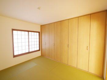 大山崎町の中古円団マンションリノベーション。リフォーム後の6畳の和室です。ヘリの無い畳に交換してモダンな印象になりました。大きな押入れは大容量のクローゼットになりました。