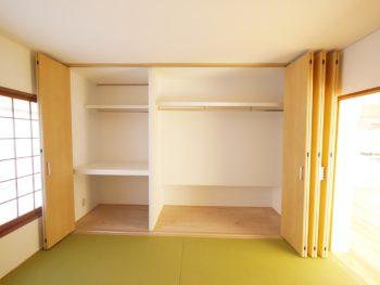 大山崎町の中古円団マンションリノベーション。リフォーム後の6畳の和室のクローゼットです。押入れと床の間を潰し、部屋の奥行きと同じ幅の大容量のクローゼットを造りました。
