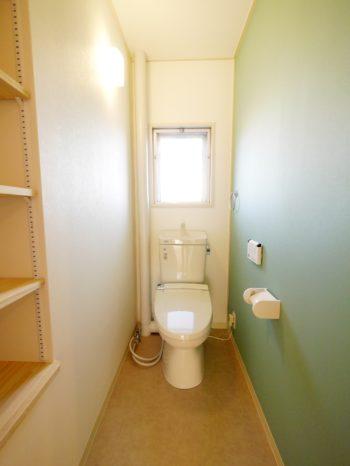 大山崎町の中古円団マンションリノベーション。リフォーム後のトイレです。便器とタンクも新しく交換しました。片側の壁のクロスを淡いブルーグリーンに張り替えて可愛いトイレになりました。