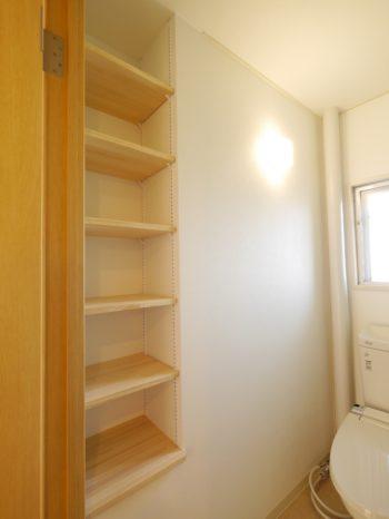 大山崎町の中古円団マンションリノベーション。リフォーム後のトイレです。トイレの奥行きを広くして、片側の壁の中に天井までの収納棚を埋め込みました。