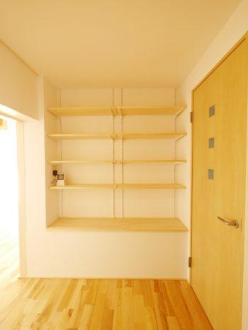 大山崎町の中古円団マンションリノベーション。リフォーム後の、玄関を入った正面の壁に、天井までの収納棚を造りました。