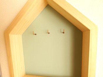 大山崎町の中古円団マンションリノベーション。LDKの壁の中に、お客様へのサプライズプレゼントでお家の形の鍵かけを造りました。