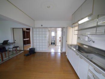 大山崎町の中古円団マンションリノベーション。リビングダイニングキッチンの奥に6畳の和室がある。