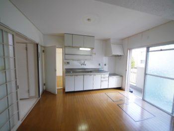 大山崎町の中古円団マンションリノベーション。台所には壁付けの白いキッチン。