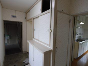 大山崎町の中古円団リノベーション。リフォーム施工前の玄関入口です。入って左側に小さい靴箱が付いています。